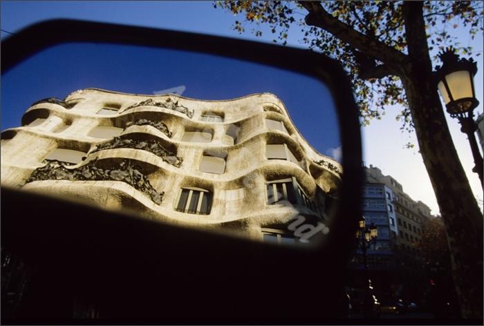 Casa Milà o Pedrera (Gaudí) reflejada en el retrovisor de un coche - Album,